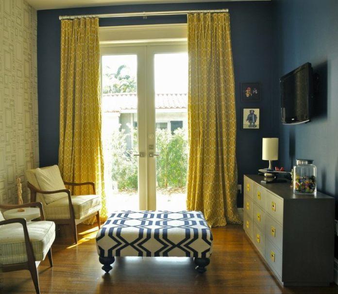 decoration-salon-ideaux-jaunes-motifs-cercles-entrelacés-peinture-murale-bleu-foncé