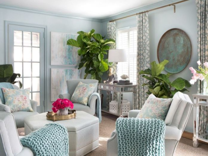 decoration-salon-plantes-vertes-figuier-lyre-fauteuils-bleu-pâle-coussins-décoratifs décoration de salon