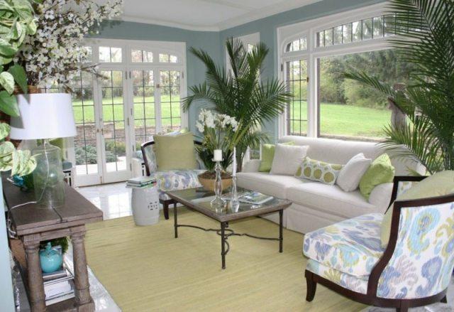 decoration-salon-plantes-vertes-palmiers-orchidée-blanche-coussins-blanc-vert