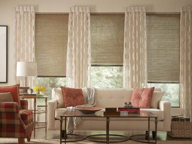 decoration-salon-rideaux-blancs-semi-transparents-stores-coussins-nuances-rouge