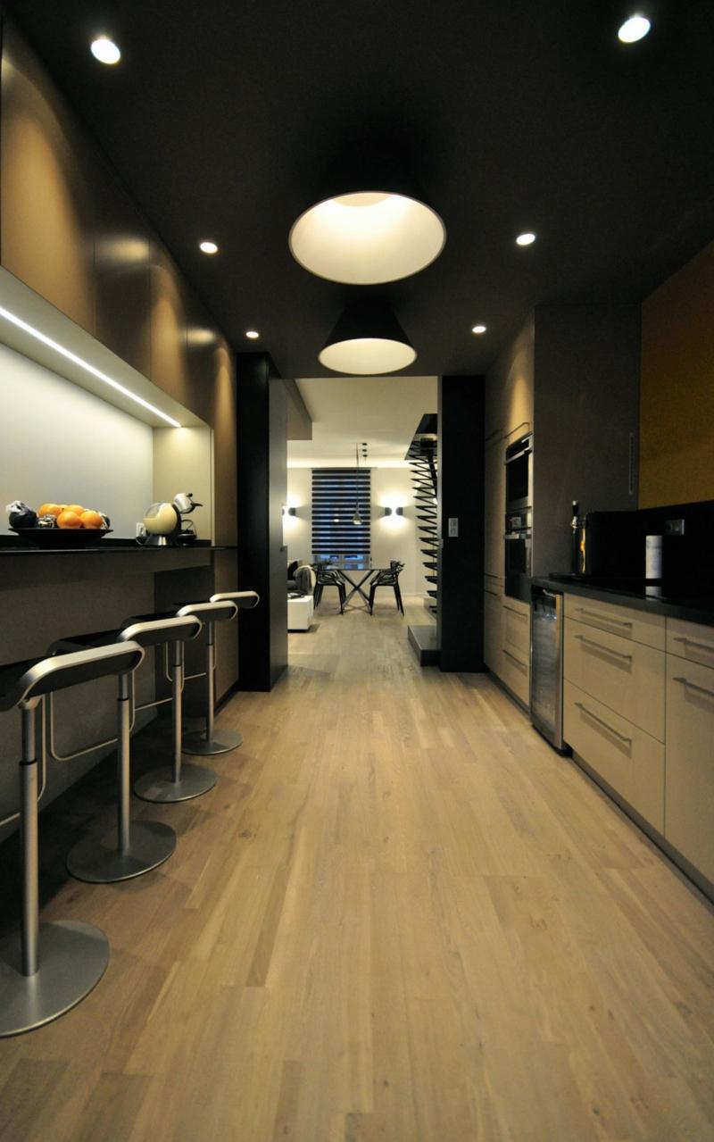 Meuble noir et accents en noir et jaune dans un appartement