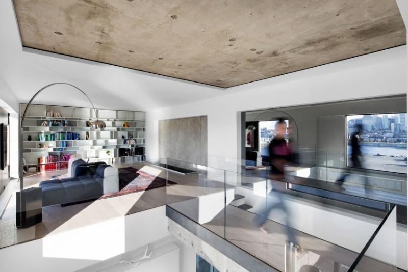 Meubles blancs et noirs et plafond en bton brut  Habitat 67