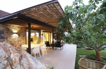 Pergola Adossee En Osier Et Facade En Pierre Naturelle Une Maison Qui Respire La Nature