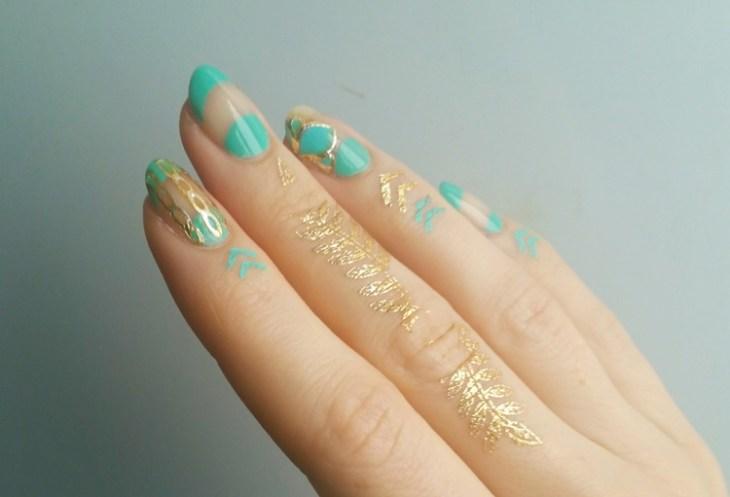 bijoux-peau-doigts-dorés-nail-art-assorti-turquoise-or-original