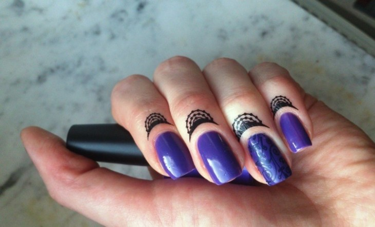 bijoux-peau-doigts-esprit-henné-nail-art-vernis-violet-motifs-assortis