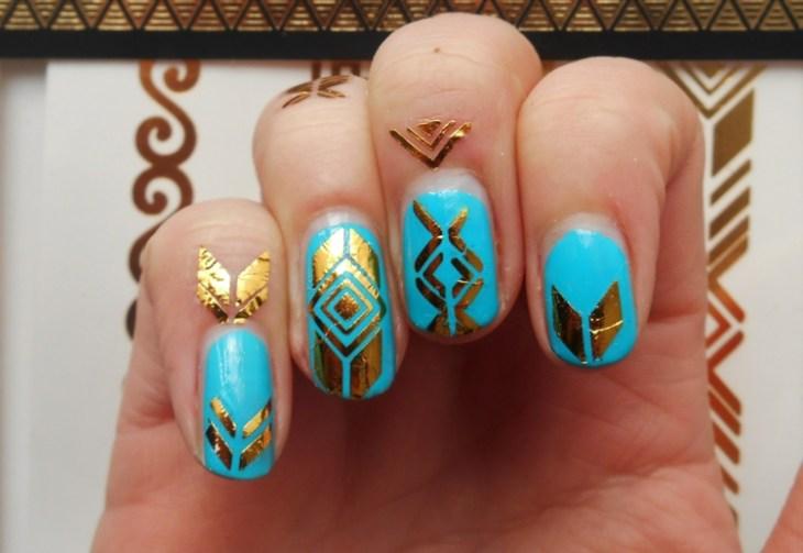 bijoux-peau tendance-2016-doigts-tauages-dorés-nail-art-assorti-base-bleue