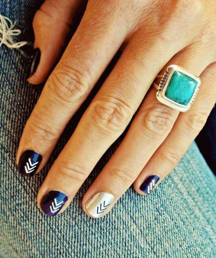 tatouages-éphémères-ongles-vernis-bleu-marine-bague-turquoise
