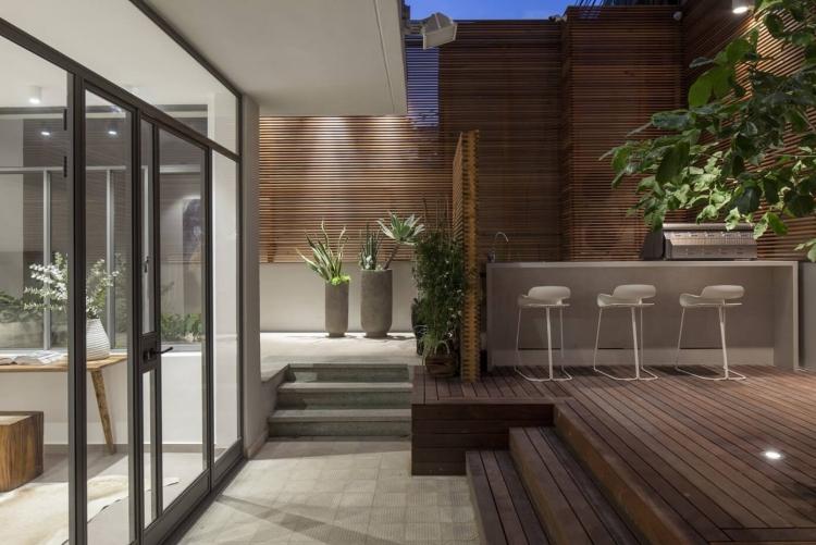 Brisevue en bois sur la terrasse dun appartement de ville moderne