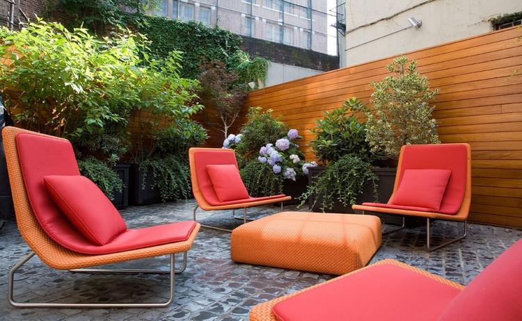 fauteuils de jardin et coussins en