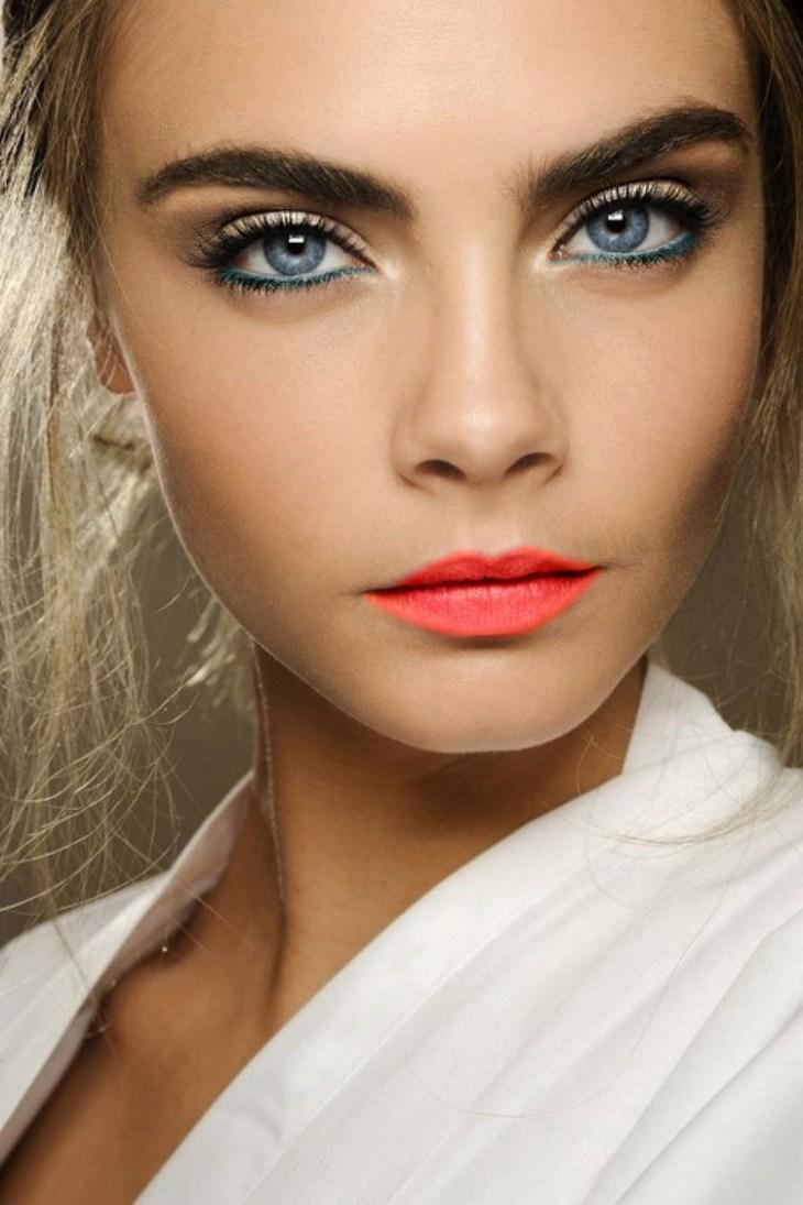maquillage Saint-Valentin -levres-accentuees-couleur-corail-crayon-yeux-bleu