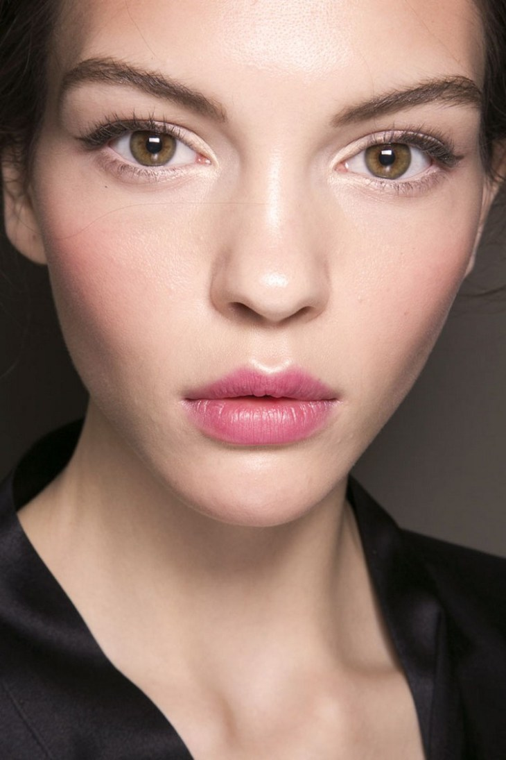 maquillage Saint-Valentin -romantique-feminin-eye-liner-gris-rouge-levres-rose