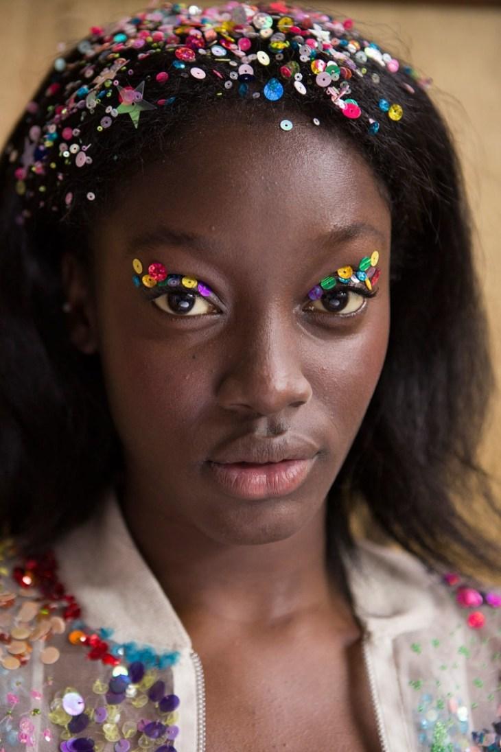 maquillage tendance 2016 extravagant défilés mode paillettes sequins