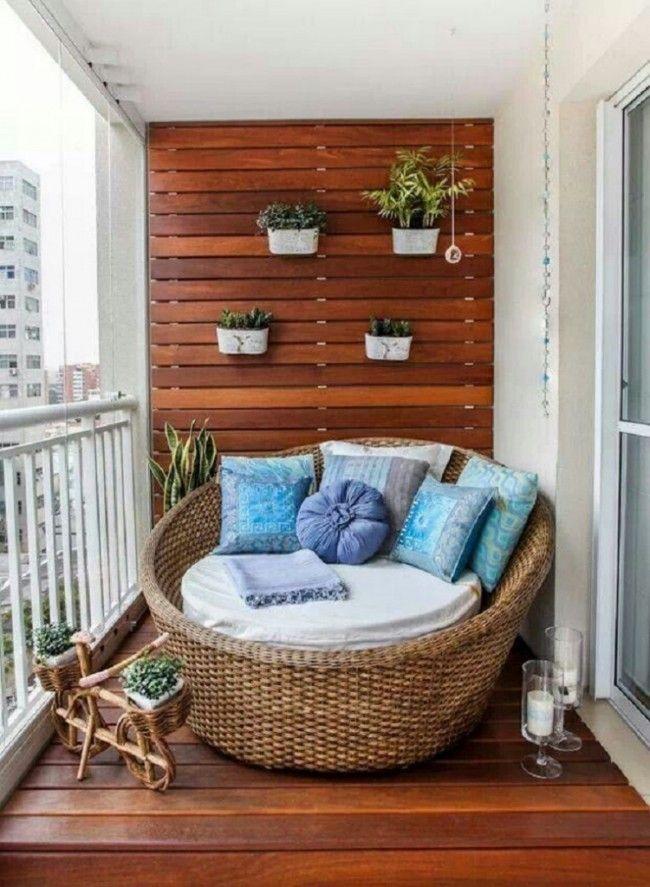 un balcon riquiqui avec un mobilier