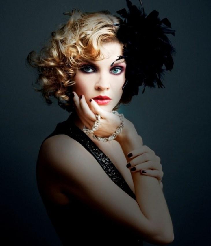 coiffure-vintage-boucles-cheveux-blonds-rouge-lèvres-ongles-noir