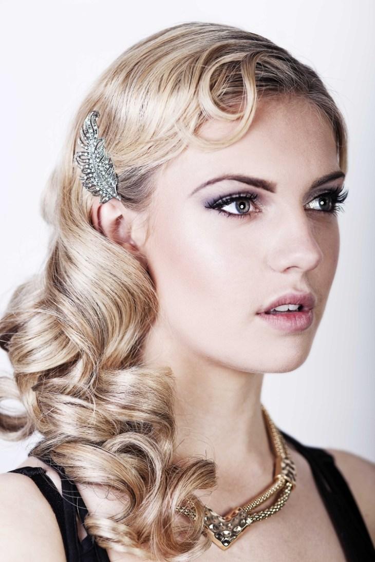 coiffure-vintage-brushing-bouclé-cheveux-longs-barrette