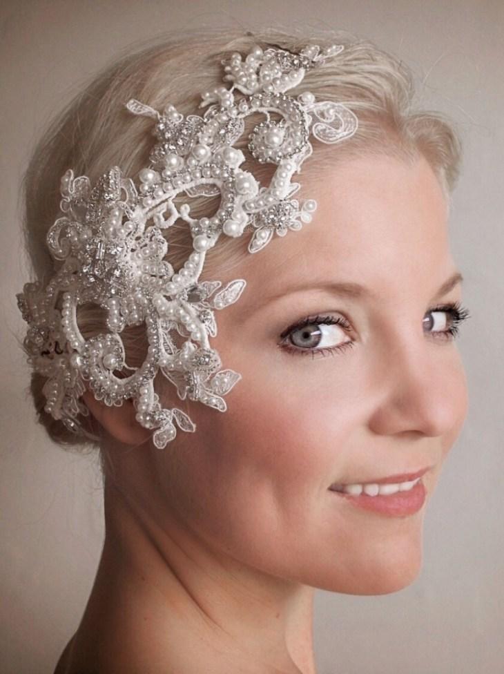 coiffure-vintage-cheveux-blond-platine-bijou-tête-strass-perles