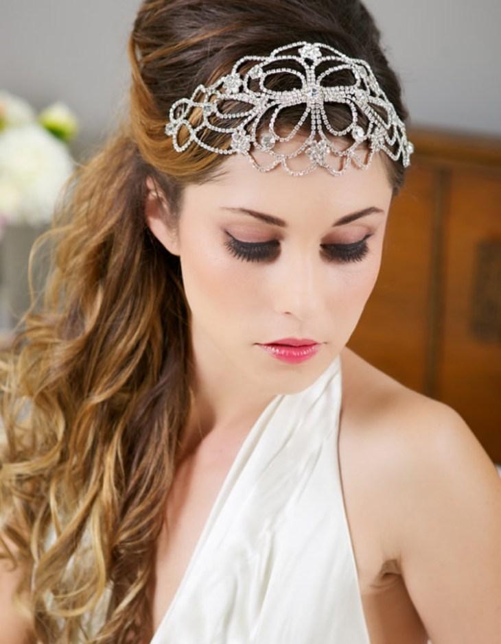 coiffure-vintage-cheveux-longs-bijou-tête-maquillage-robe