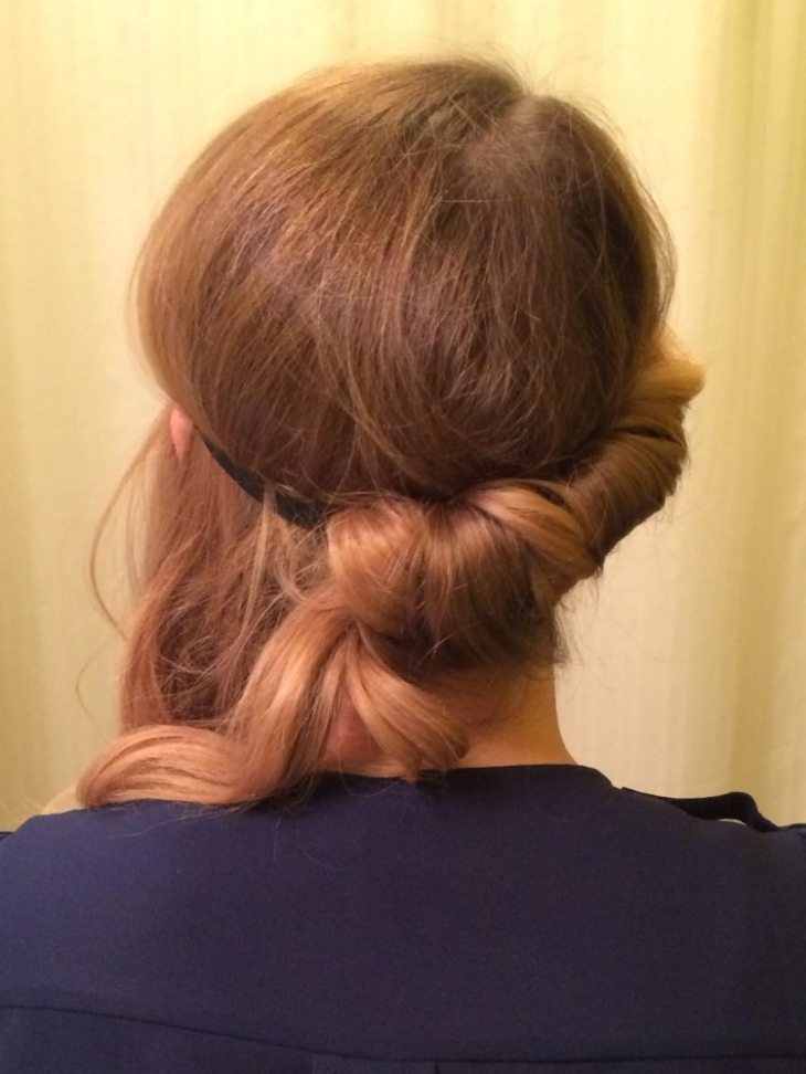 coiffure-vintage-cheveux-roux-demi-chignon-élastique