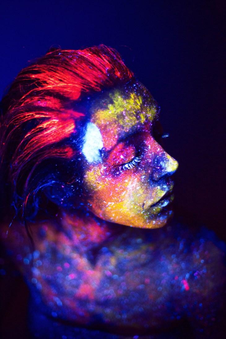 tendance coiffure -cheveux-maquillage-fluorescent-idée-party-thématique
