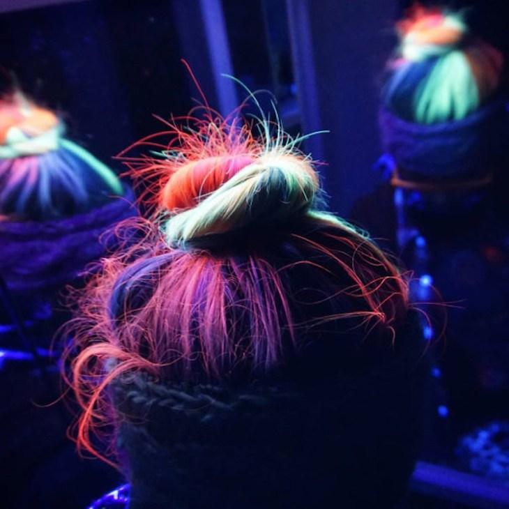 tendance coiffure -neon-hair-idée-party-chignon-torsadé