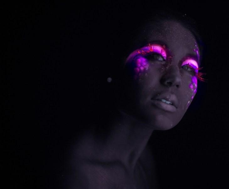 tendance maquillage-néon-fard-paupières-rose-fluorescent