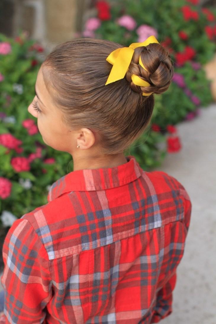 coiffure pour petite fille -chignon-tressé-ruban-jaune