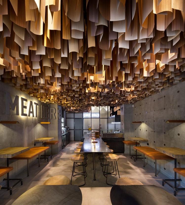 Faux Plafond Bois Suspendu Et Revtement Mural En Bton D