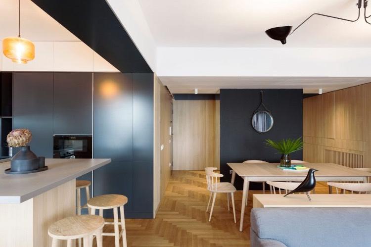 Cloison vitre atelier dco en bois et gris et brique dans un appartement