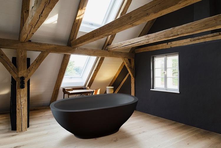 Salle de bain blanche et noire  un classique revisit en