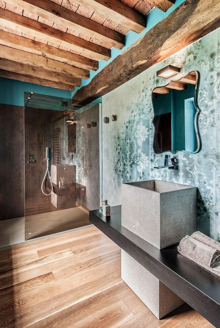 Plafond bois avec poutres apparentes et ambiance rustique dune maison