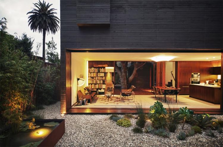 Baie vitre coulissante et bardage en bois massif dune maison darchitecte