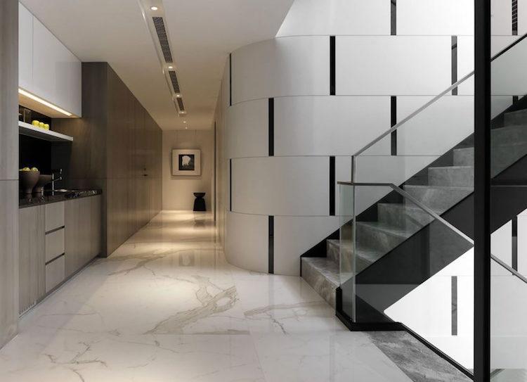 Carrelage marbre blancdco en marbre noir et accents bleus
