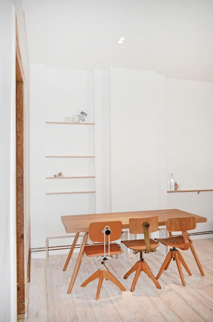 Mur brique rouge dco en peinture ardoise et plancher en bois blanchi