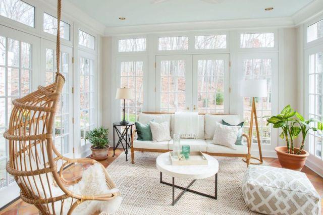 ambiance-salon-chic-amenage-veranda-vitree-fauteuil-suspendu-rotin