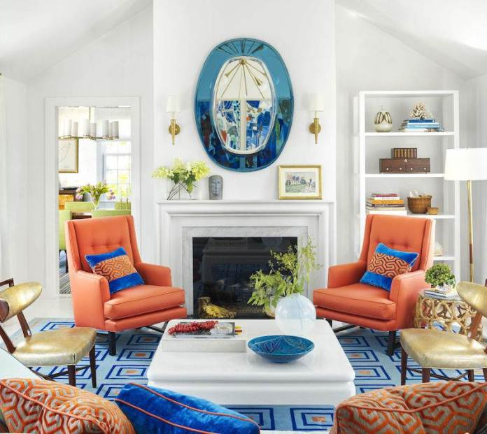 ambiance-salon-chic-blanc-cheminee-accents-orange-bleu