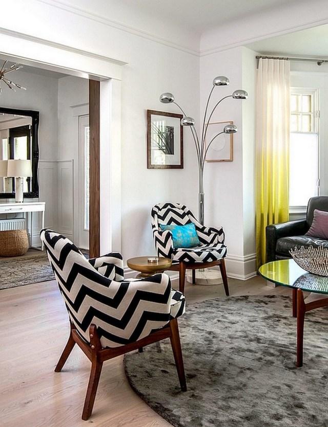 ambiance-salon-chic-fauteuils-chevrons-lampadaire-metallique-tapis-rond-gris