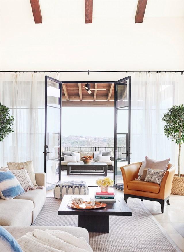 ambiance salon chic et idee-deco-blanc-portes-vitrees-terrasse-pilotis