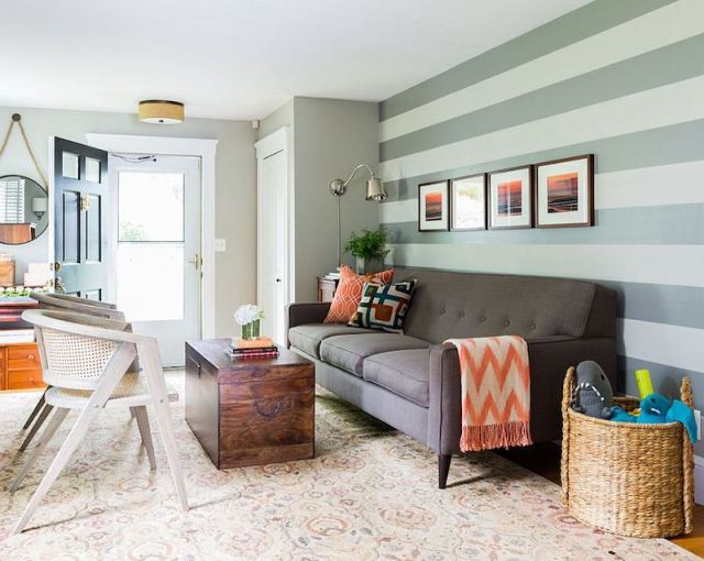 ambiance-salon-cosy-mur-rayures-larges-meubles-chic-tapis