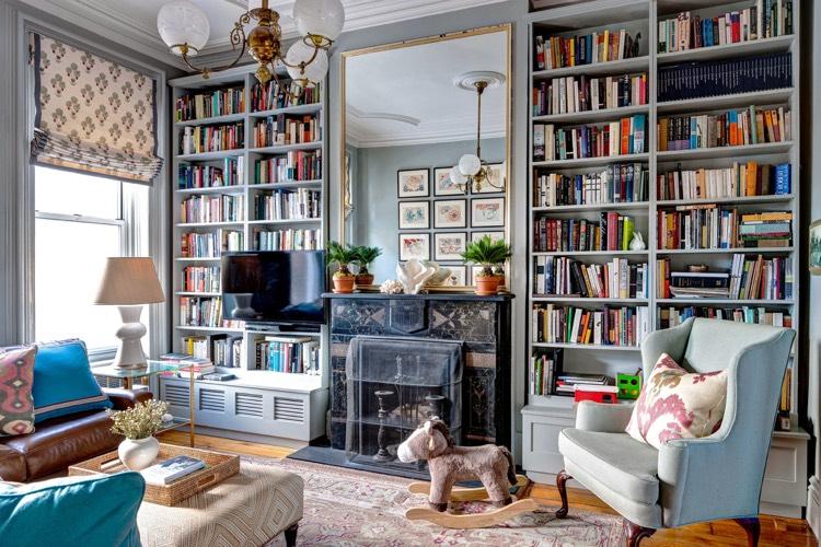 Bibliothque moderne qui intgre le tlviseur ou la chemine dcorative