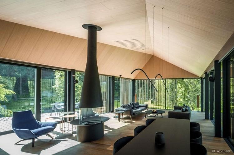 Toit mansard et parement bois dune maison darchitecte en Lituanie