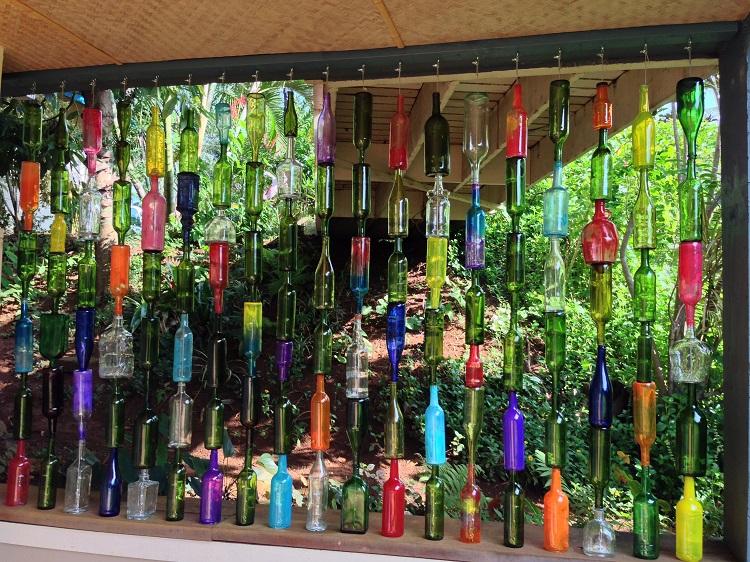 deco jardin avec bouteille en verre en