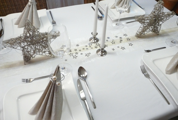 Glamorous Christmas table decorations in gold and silver