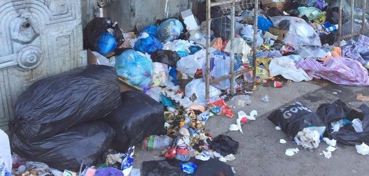 Ședință cu miros de gunoi menajer. Consilierii PSD pot îngropa Bacăul în deșeuri.