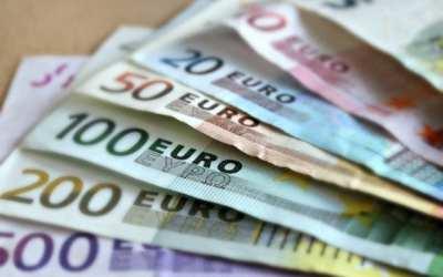 Prădat de hoți în plină zi. Doi tineri au furat 10.000 de euro de sub salteaua unui moineștean