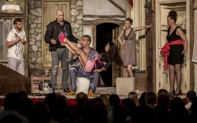 """""""Dezbracă-te, vreau să-ți vorbesc!"""" – premieră la Teatrul de Vară ,,Radu Beligan"""" din Bacău"""