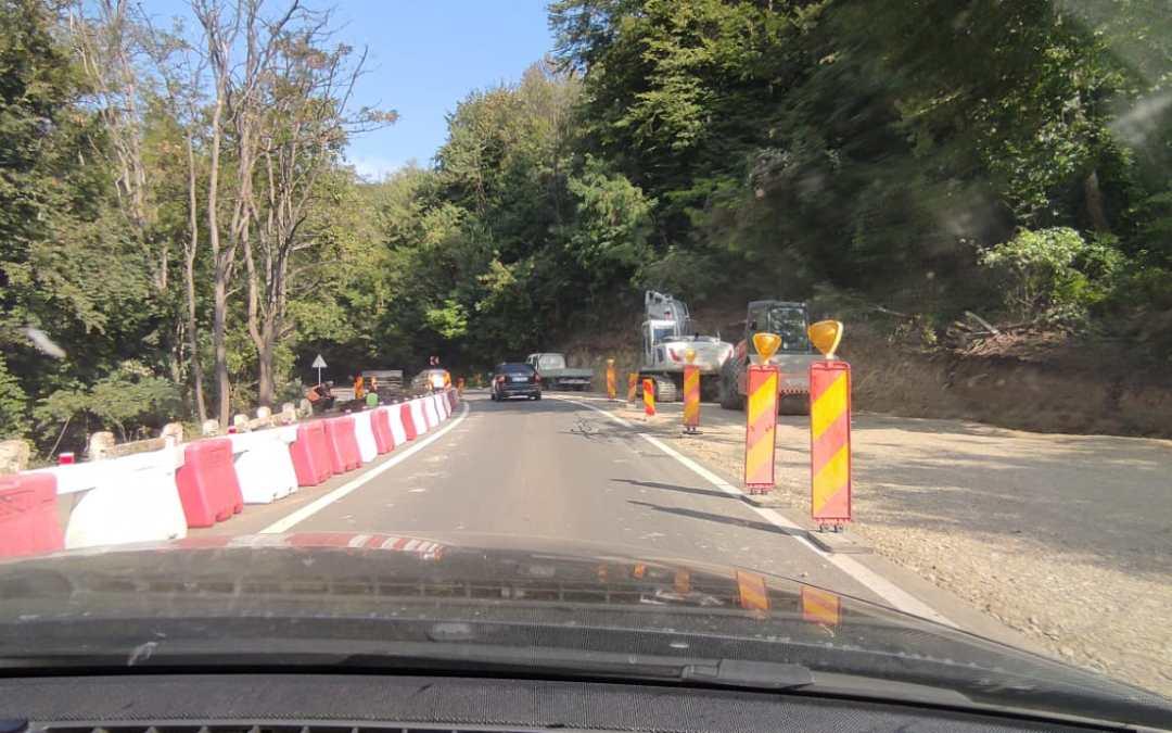 Au început lucrările de reparație pe DN 11 Bacău – Onești (FOTO)