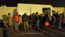 16 cetățeni străini ascunși într-o autoutilitară, depistați în vestul țării