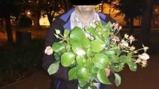 barbat prins la furat de flori