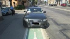 masina pe pista de biciclete