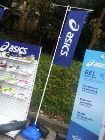Asics贊助,梗係要賣下廣告最新款跑鞋